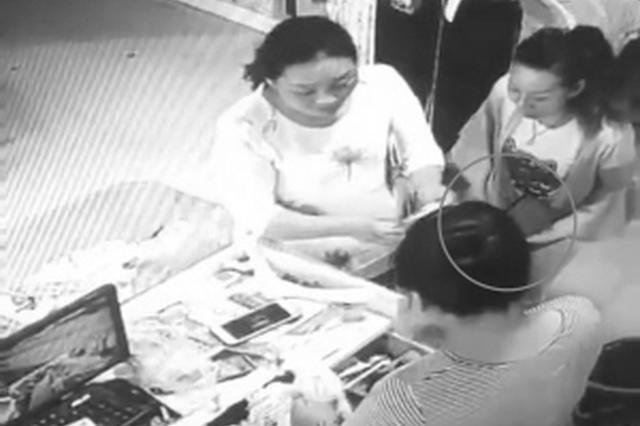保定两女子结账时将真钞秒换假币 配合默契手法娴熟