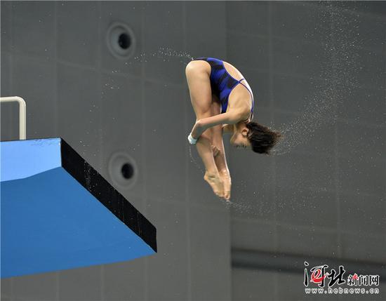 8月19日,第十三届全运会跳水比赛拉开帷幕,在女子团体比赛中,河北跳水队获得金牌。图为河北选手张蕊在女子跳水团体赛10米跳台的比赛中。 记者耿辉摄