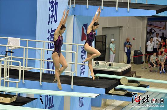 8月19日,第十三届全运会跳水比赛拉开帷幕,在女子团体比赛中,河北跳水队获得金牌。图为河北选手王涵/贾东瑾(左)在女子跳水团体赛双人3米板比赛中。 记者耿辉摄
