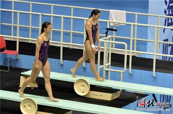 8月19日,第十三届全运会跳水比赛拉开帷幕,在女子团体比赛中,河北跳水队获得金牌。图为河北选手王涵/贾东瑾(左)在女子跳水团体赛双人3米板比赛中走板。 记者耿辉摄