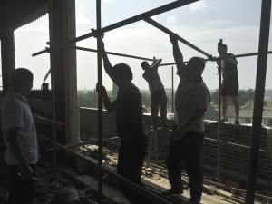工人们正在搭架子进行准备工作。