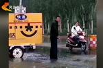 """马俊宏:暴雨中的最美""""快递小哥"""""""