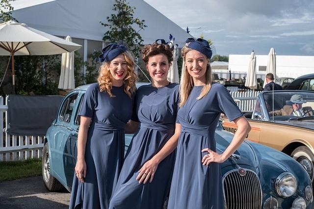 英国经典汽车展 民众打扮复古盛装出席