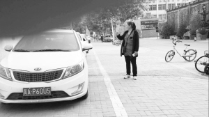 女子在私设停车场收费。