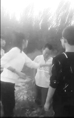 小学男生被初中女生打耳光。(视频截图)