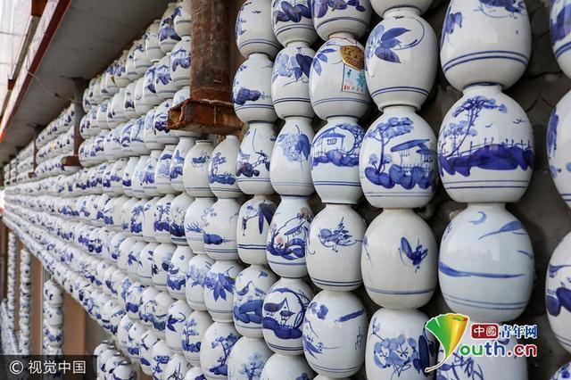 5000个青花瓷酒瓶被贴上墙 主人称要申请吉尼斯