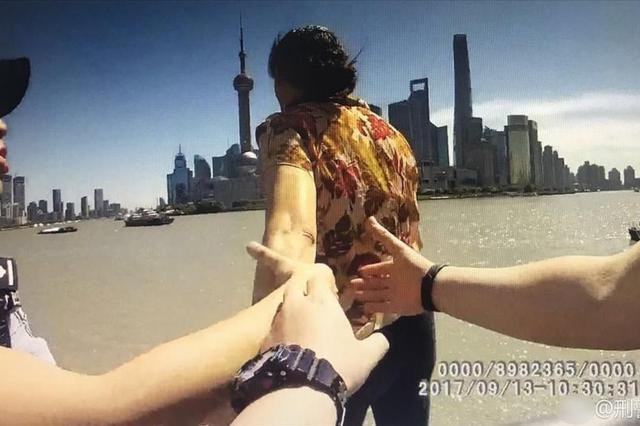 """上海一女子欲跳江被警察拽住 警方发""""牵手照"""""""