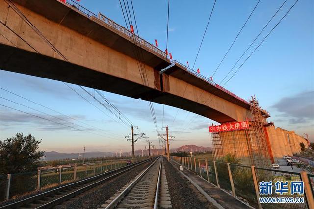 京张高铁跨大秦线铁路土木特大桥成功双转体