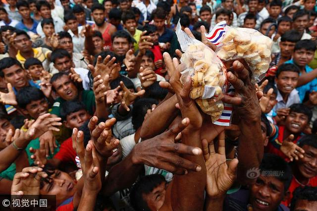 孟加拉国:罗兴亚难民靠争抢救济食物度日