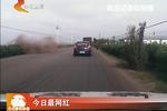 唐山:车辆意外坠河 交警紧急救援
