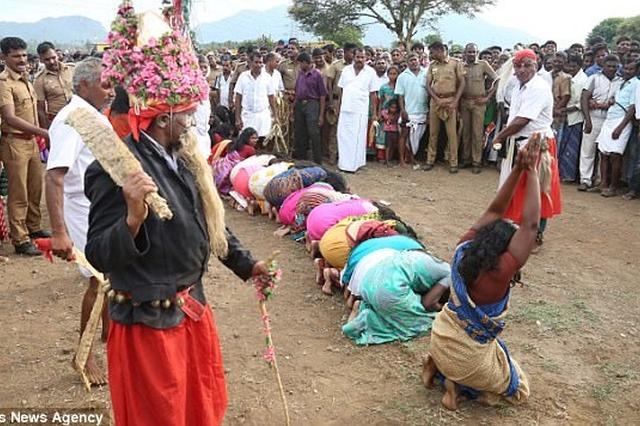 """印女子排队接受鞭打 以""""净化邪恶的灵魂"""""""