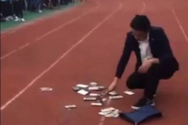 河南一中学当面销毁学生手机:用锤砸扔水桶