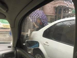 ■非法收费人员正在收停车费。