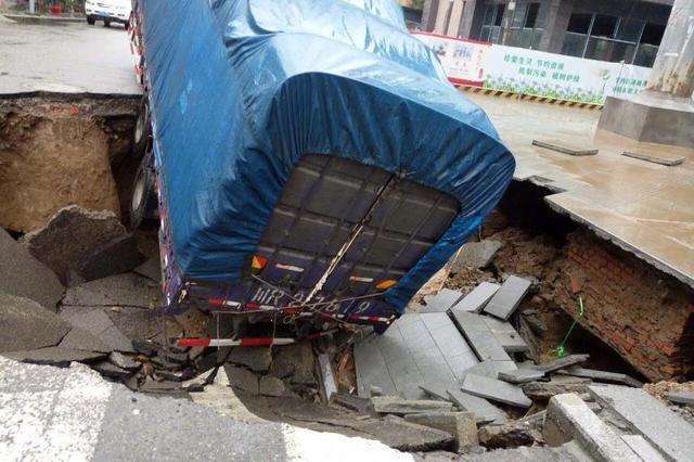 四川南充突发地陷 6米长卡车深陷其中