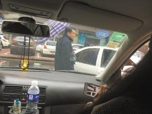 ■非法收费人员正在指挥停车。