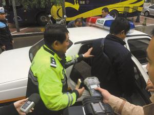■交警将非法收费人员带回大队。