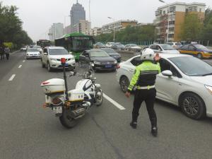 ■交警正在疏导车辆。