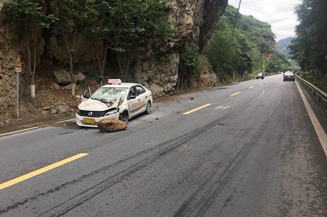 驾校教练示意学员撤离 几秒后百斤落石砸车(图)