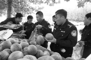 ■民警争相购买爱心瓜。