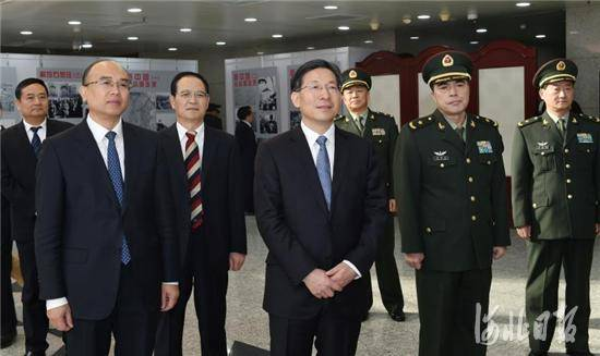 """会前,王东峰、许勤等参观了""""辉煌70年——纪念石家庄解放七十周年图片展""""。"""