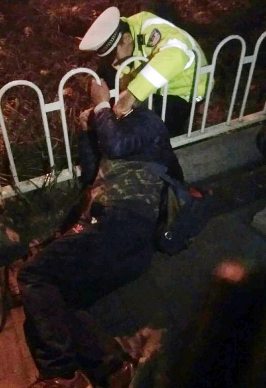 保定老人摔倒头卡护栏 网红交警跪地半小时救