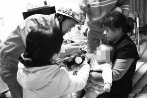 消防队员正在拆玩具车。通讯员 郭星怡 摄