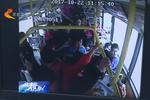 廊坊孕妇公交车上晕倒 众人合力救助