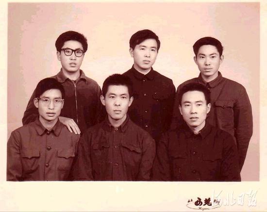 在北京农业大学(现中国农业大学)读书时的杨向中(上中)。