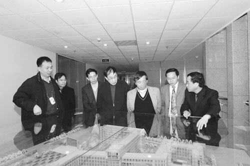 2007年1月17日,杨向中教授(右三)等参观中科院动物所新园区。