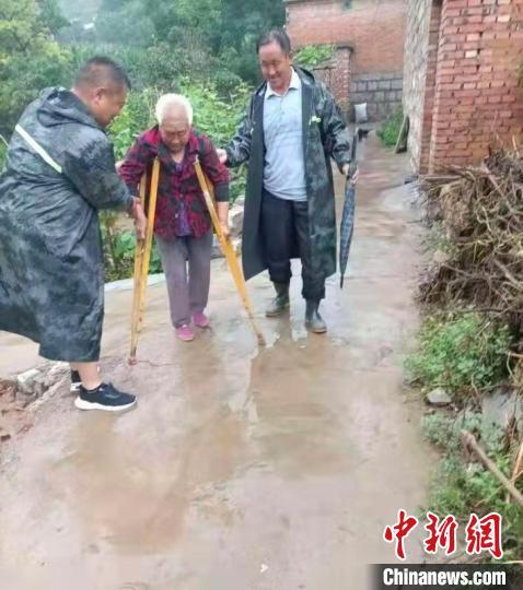 暴雨来临前,磁县组织乡镇干部转移危险地区群众。 齐雄 摄