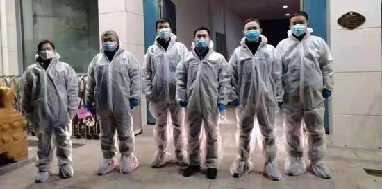 图:中国银行南宫支行工作队连夜入户开展工作