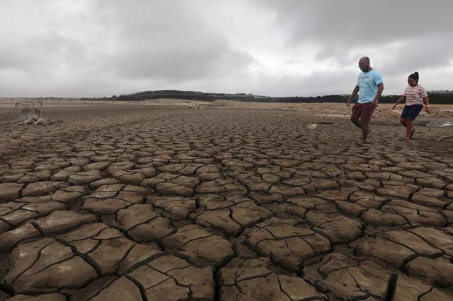 南非宣布干旱进入国家灾难状态 大坝周围几近干涸