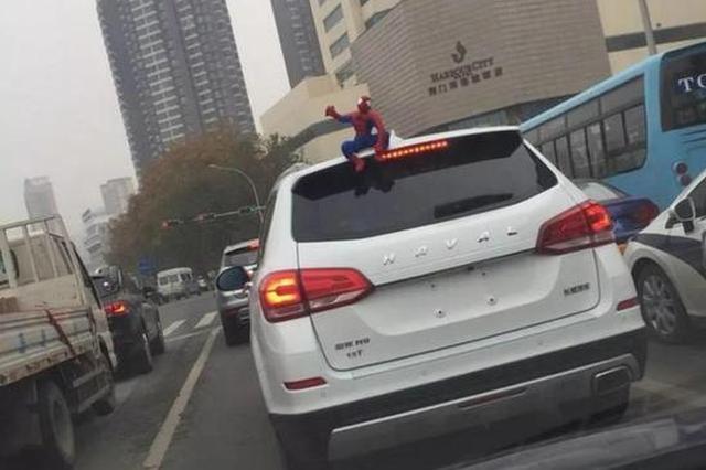 车主注意!车上贴了这种东西 引发事故要负全责