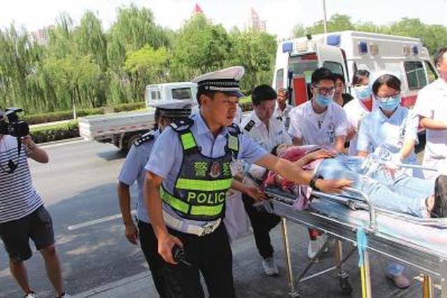 邢台交警部门开辟绿色通道 15分钟送伤者及时就医