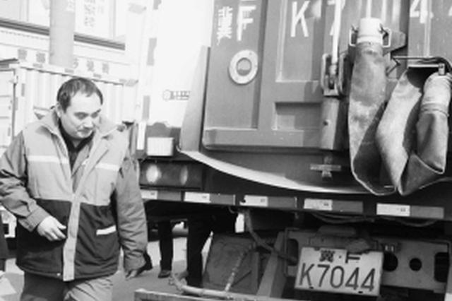 定州一环卫工开洗扫车扑灭大火 避免了煤气罐爆炸