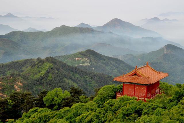 为游客在迁安市塔寺峪景区观光游览。陈 儒摄