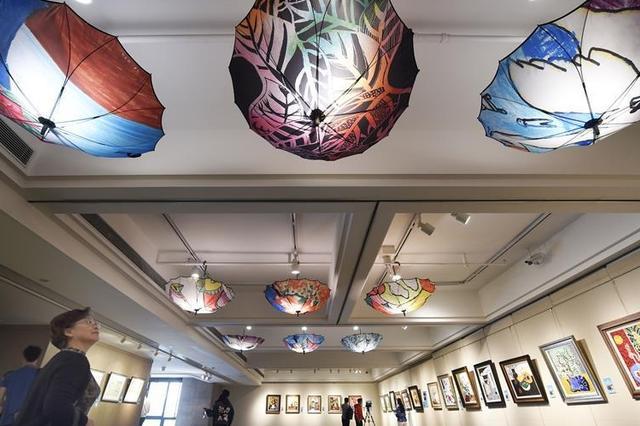 """杭州举办""""来自星星的画语""""特殊学生公益画展"""