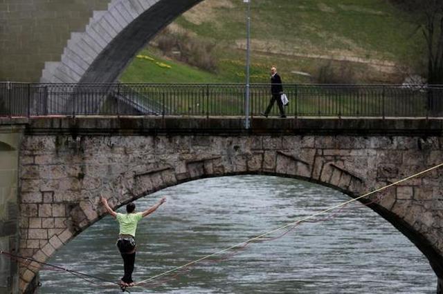 男子横跨瑞士阿勒河走绳索引围观