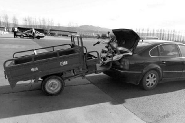 京藏高速一轿车拖着三轮跑 原来是老乡结伴而行