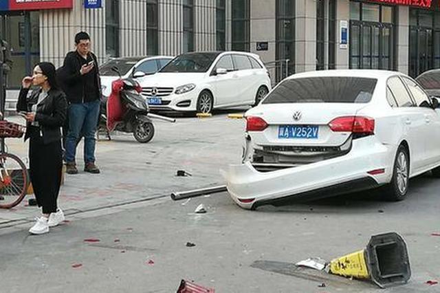 石家庄:卡车撞了轿车又撞树 撞飞石墩蹭了豪车