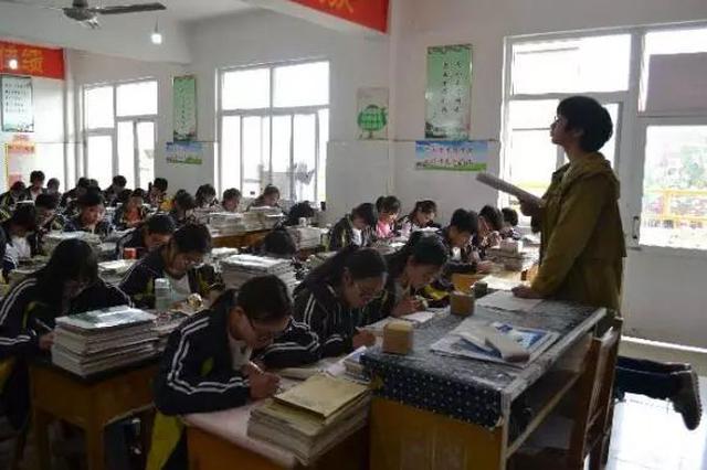"""河北""""跪椅授课""""女教师:要与学生们风雨同行"""