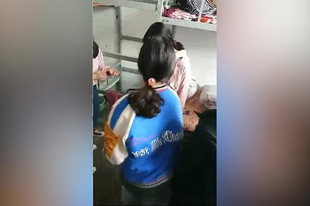 粉衣女生被寝室同学围殴。视频截图