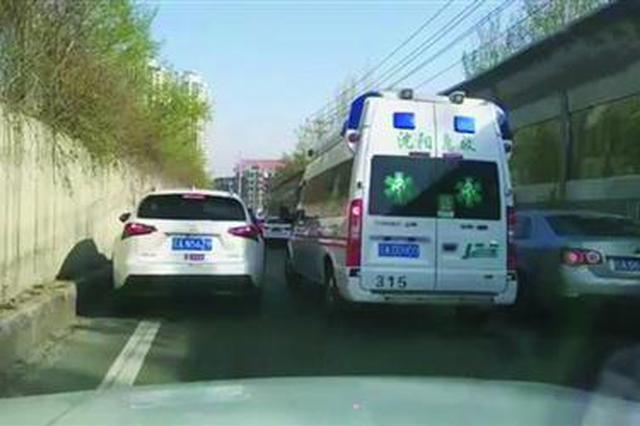 匝道内两排车都努力向外侧靠,为急救车让出一条快速通道。 视频截图