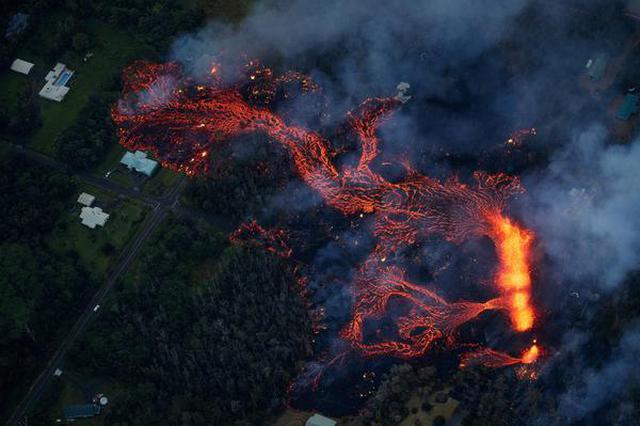 夏威夷火山喷发 滚烫熔岩涌上公路