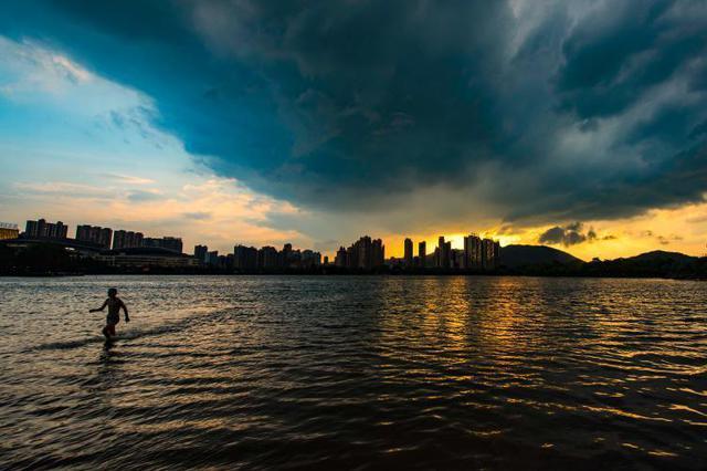 强对流天气来袭 江西新余上空风云变幻