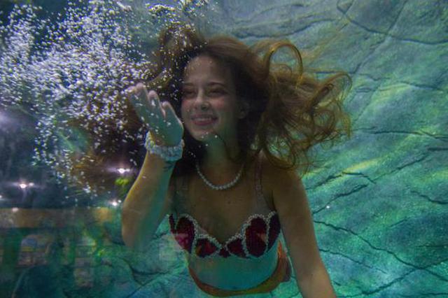 """巴西水族馆""""美人鱼""""向游客隔窗送飞吻"""