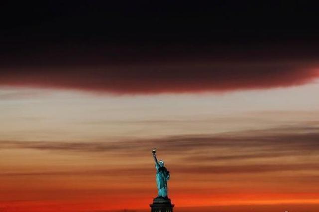 纽约突降暴雨 天空乌云密布