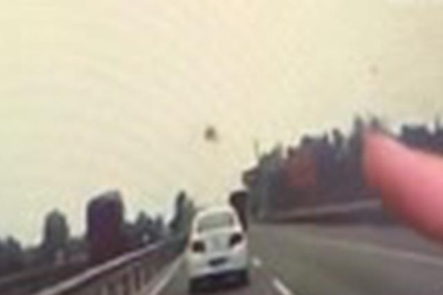 衡水高速公路车窗外抛物险酿车祸