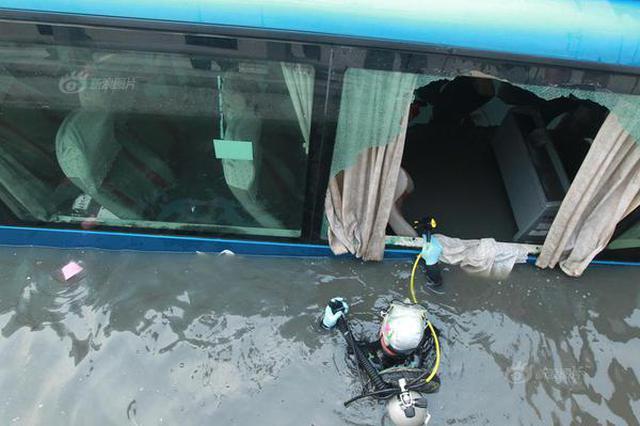 """郑州大巴车被水淹没成""""潜水艇"""""""