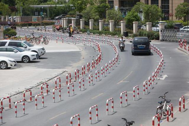 """杭州:马路现""""铁桶阵"""" 治违停可否再人性化"""